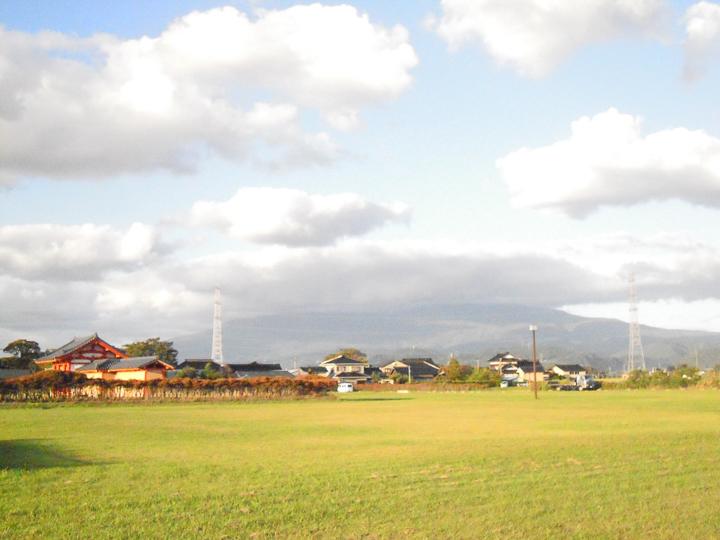 雲に隠れた鳥海山と城輪柵